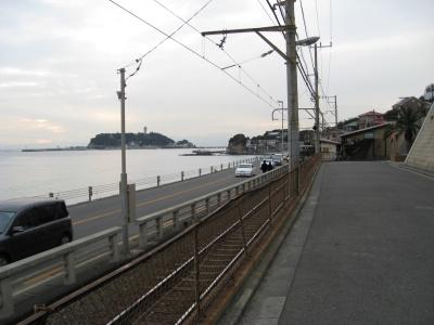 江ノ電鎌倉高校前駅から江ノ島を望む